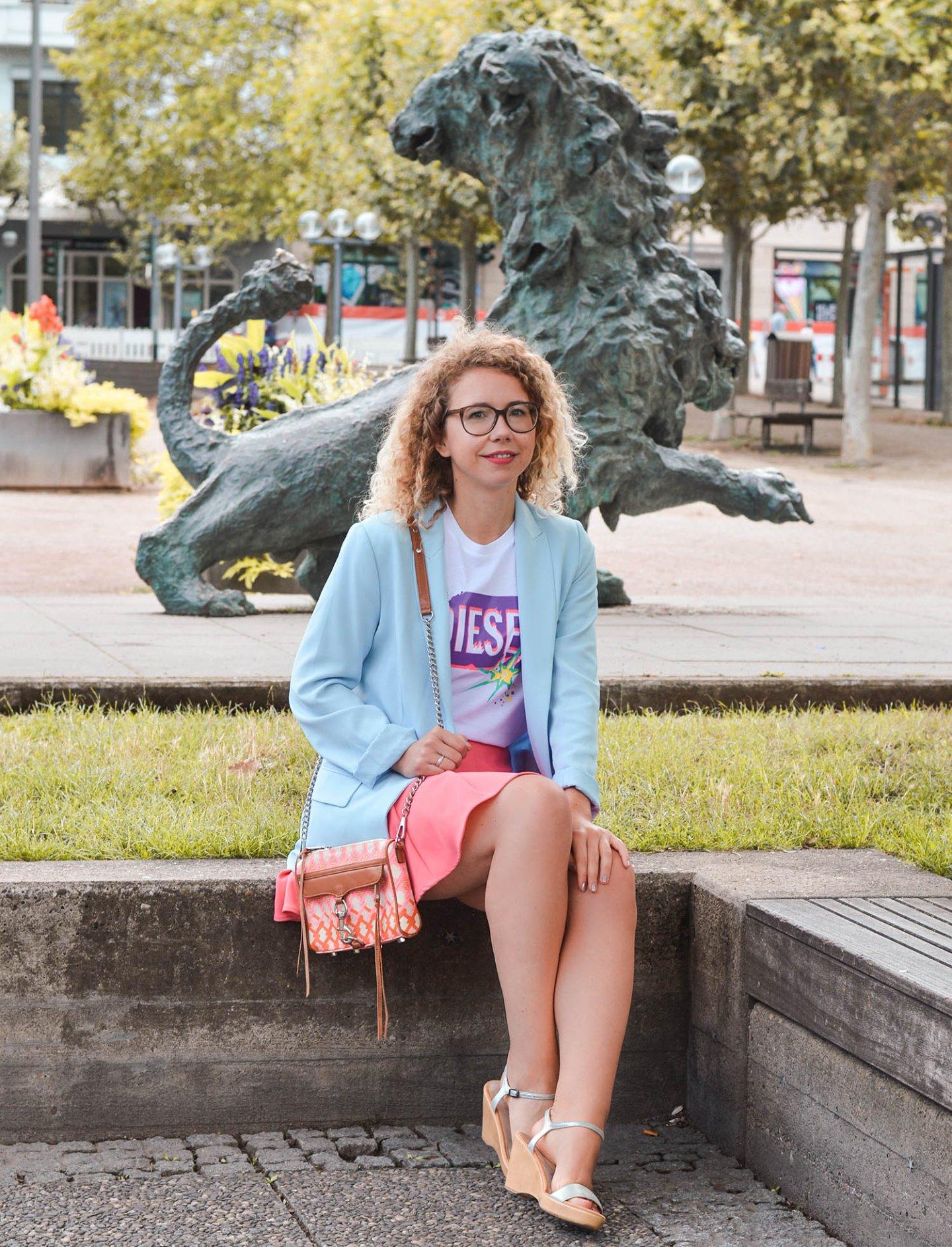 Logo-shirt und Neon-Trend in Wiesbaden