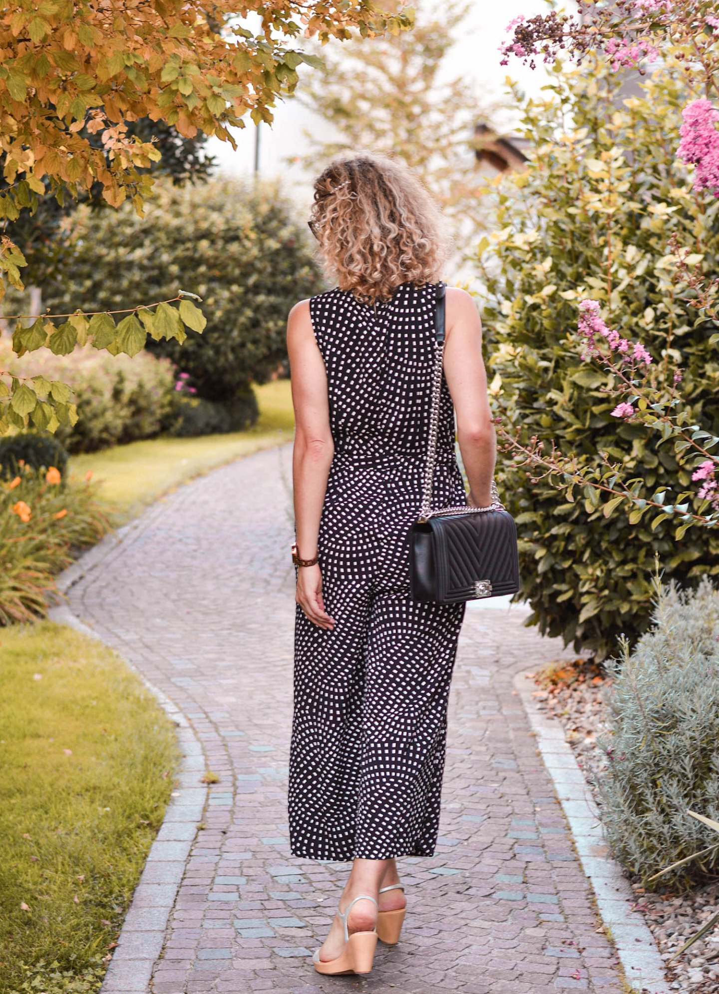 Eleganter Jumpsuit mit Chanel Boy Bag