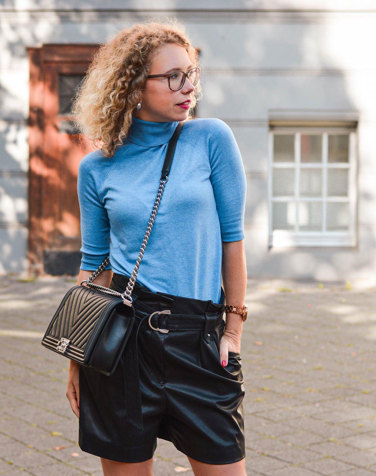 Rollkragenpullover, Kunstledershorts und Chanel Boy Bag