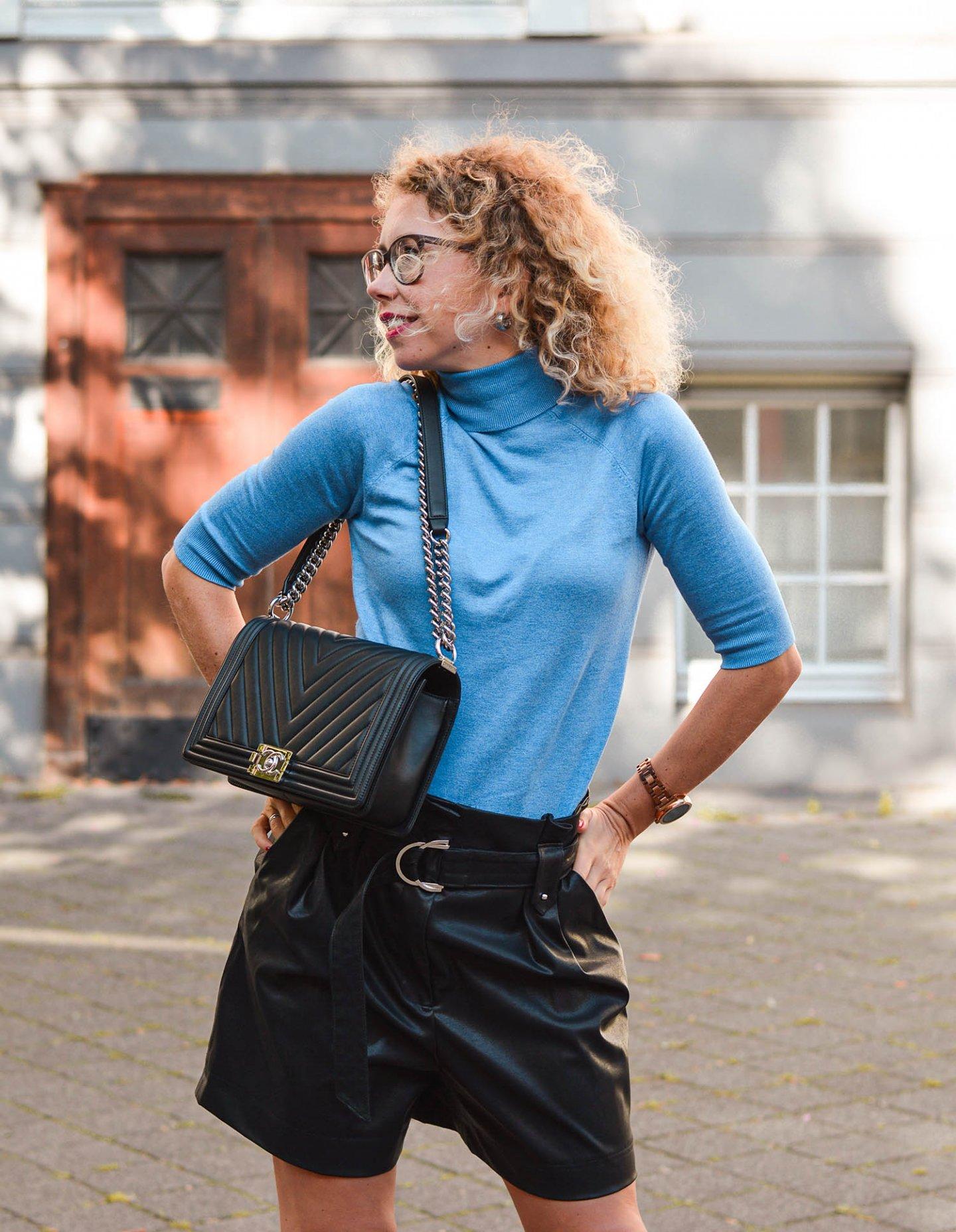 Outfit für milde Herbsttage mit Rollkragenpullover und Ledershorts