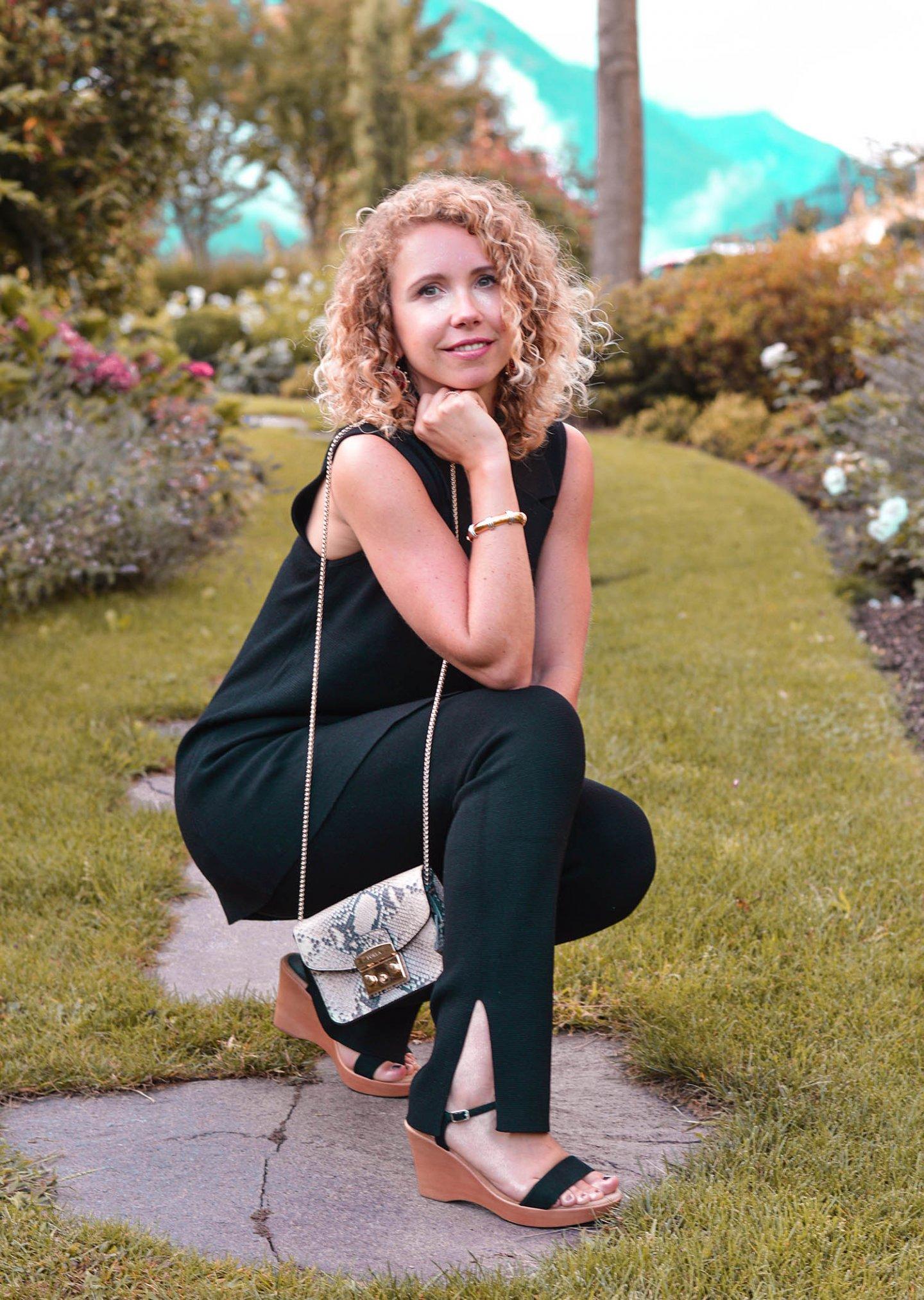 Strick-Zweiteiler mit Furla Tasche und Unisa Sandalen