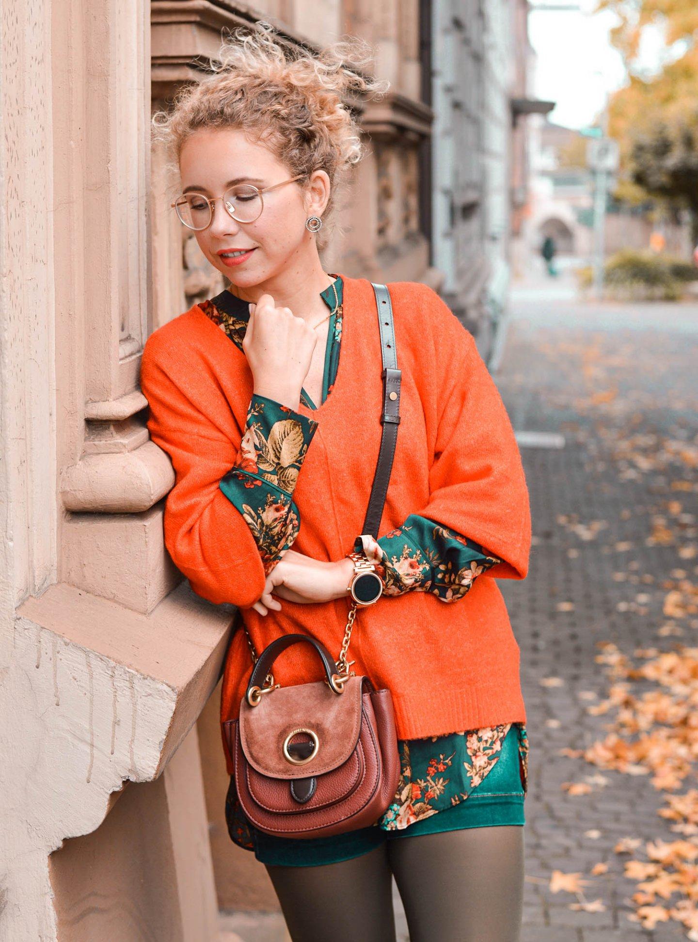Bluse mit floralem Muster und Strickpullover