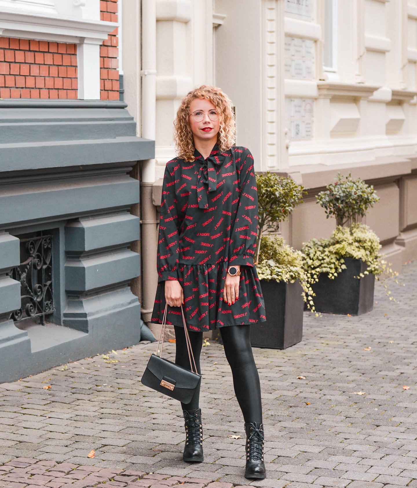 J'Adore Statement Dress und Combat Boots