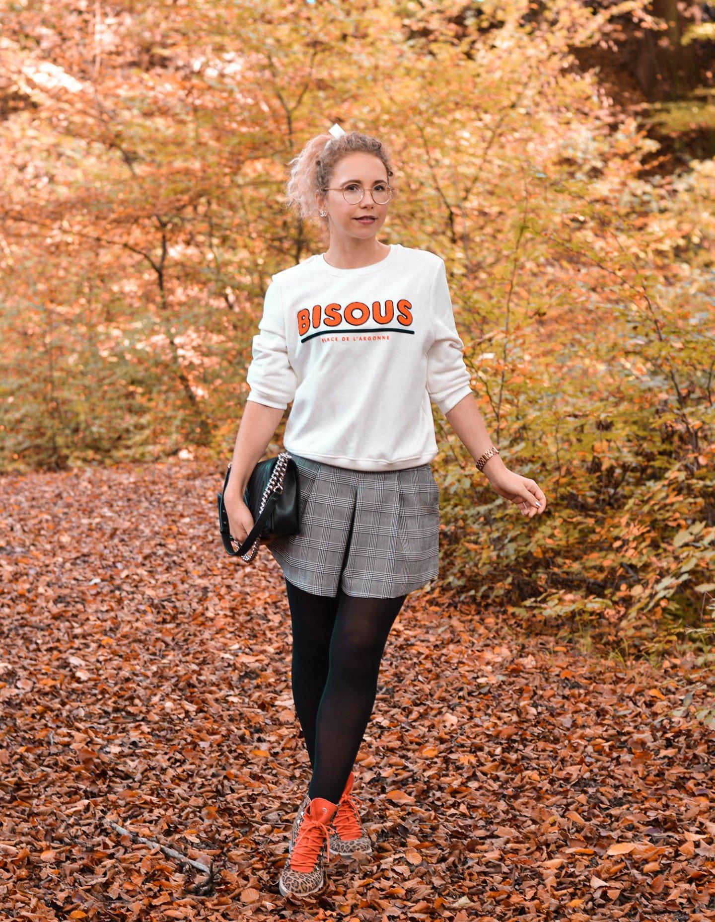 Statement Sweatshirt mit Bisous Print, Skorts, Chanel Boy Bag und Leo-Boots