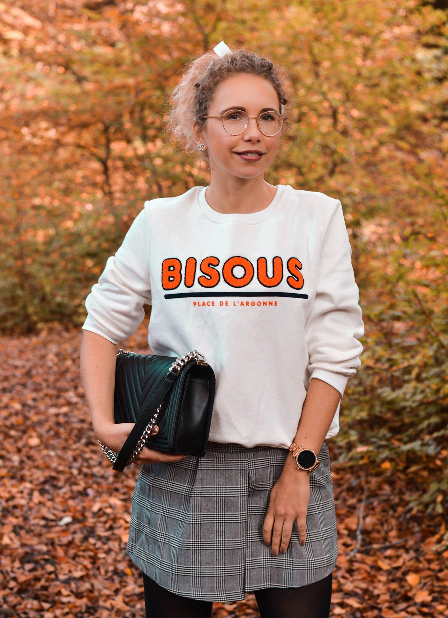 Statement Sweatshirt mit Bisous Print, Skorts, Chanel Boy Bag