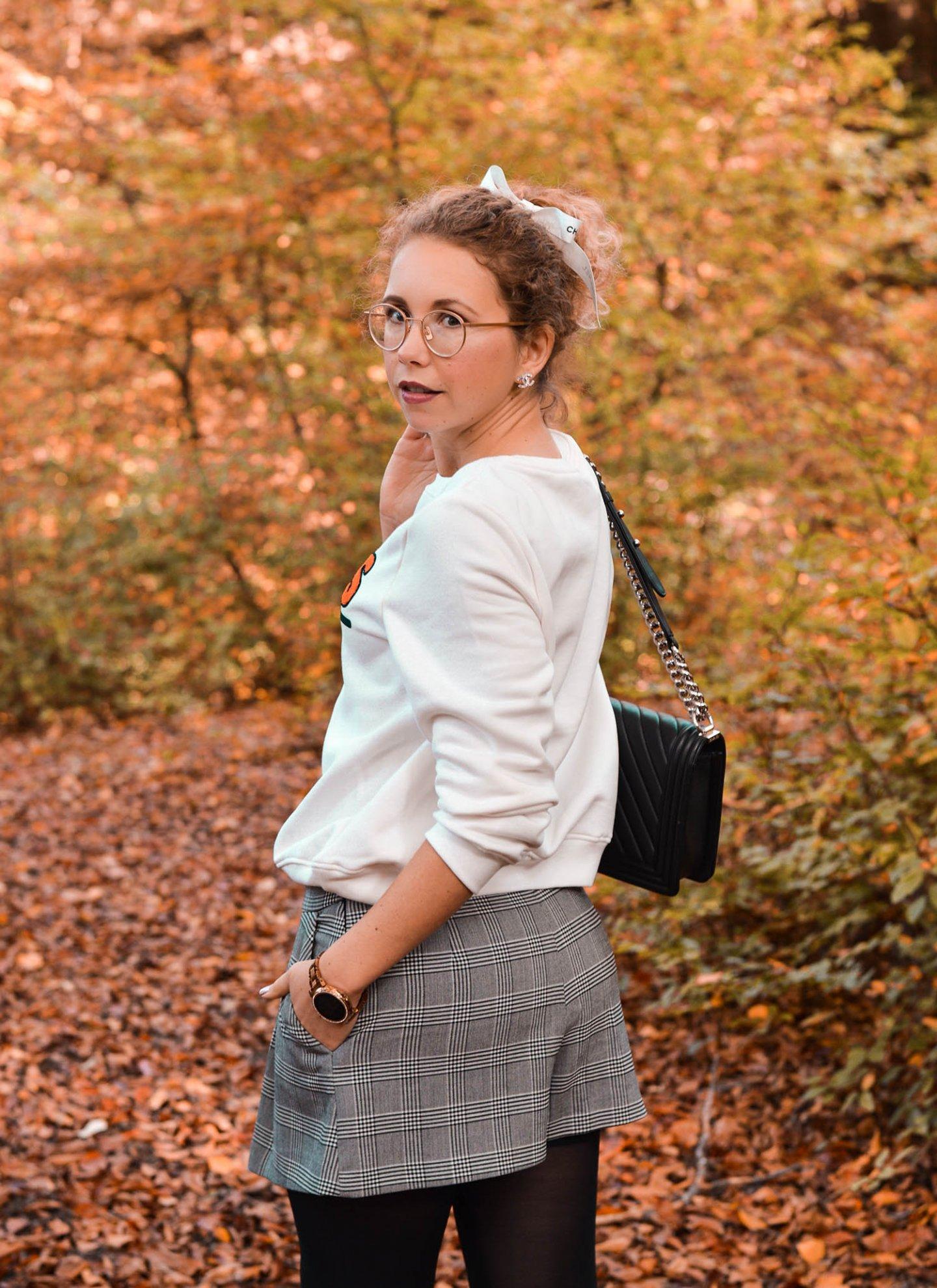 Herbstlook mit Sweatshirt und Skorts