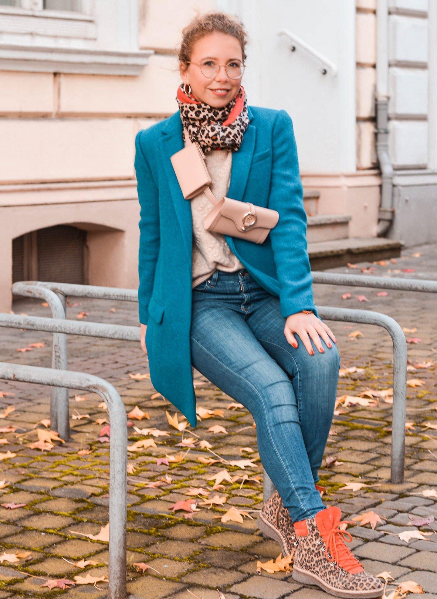 Herbstlook mit belt bag lässig über die Schulter getragen