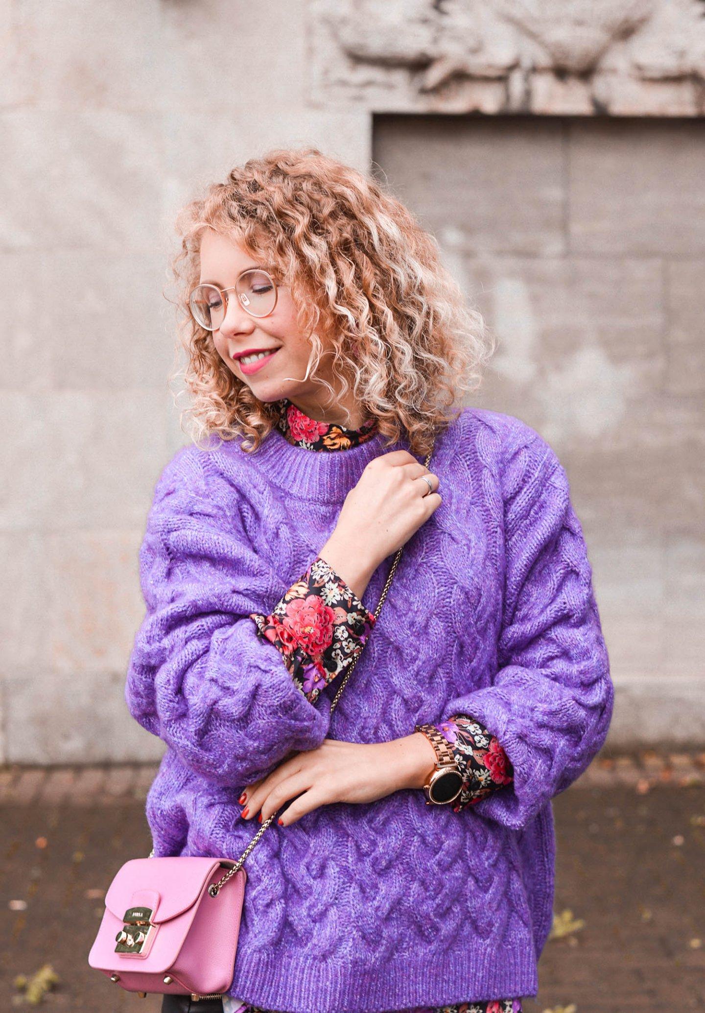 lila Strickpulli und bluse mit blumenprints von zara