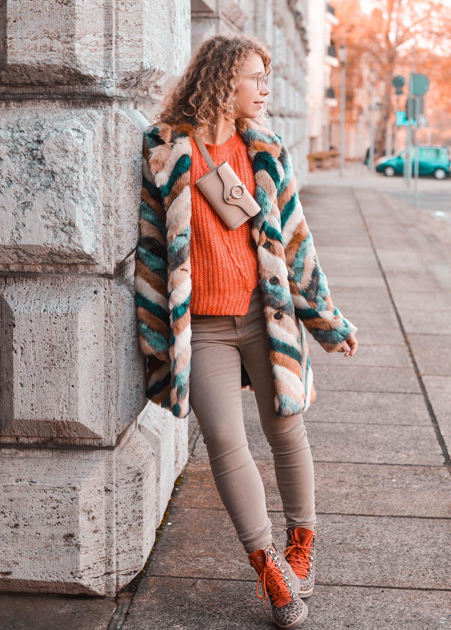Stylisch im Winter mit Kunstfelljacke und Bauchtasche