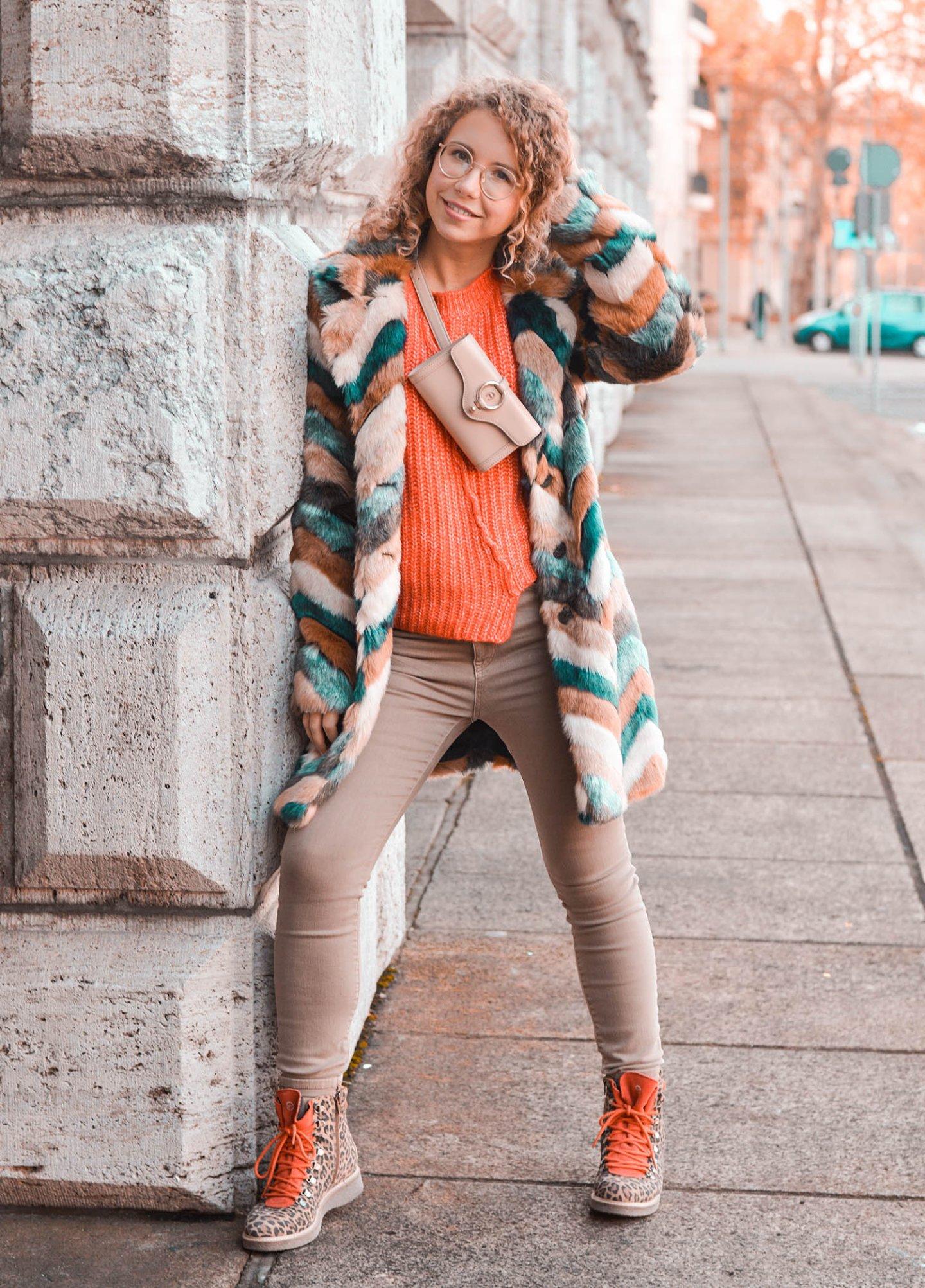 Winteroutfit mit Fake Fur Mantel und Bauchtasche