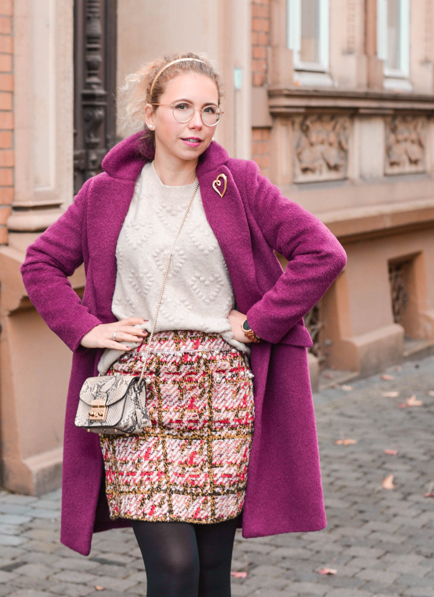 Wollmantel in Beerenton kombiniert mit tweed