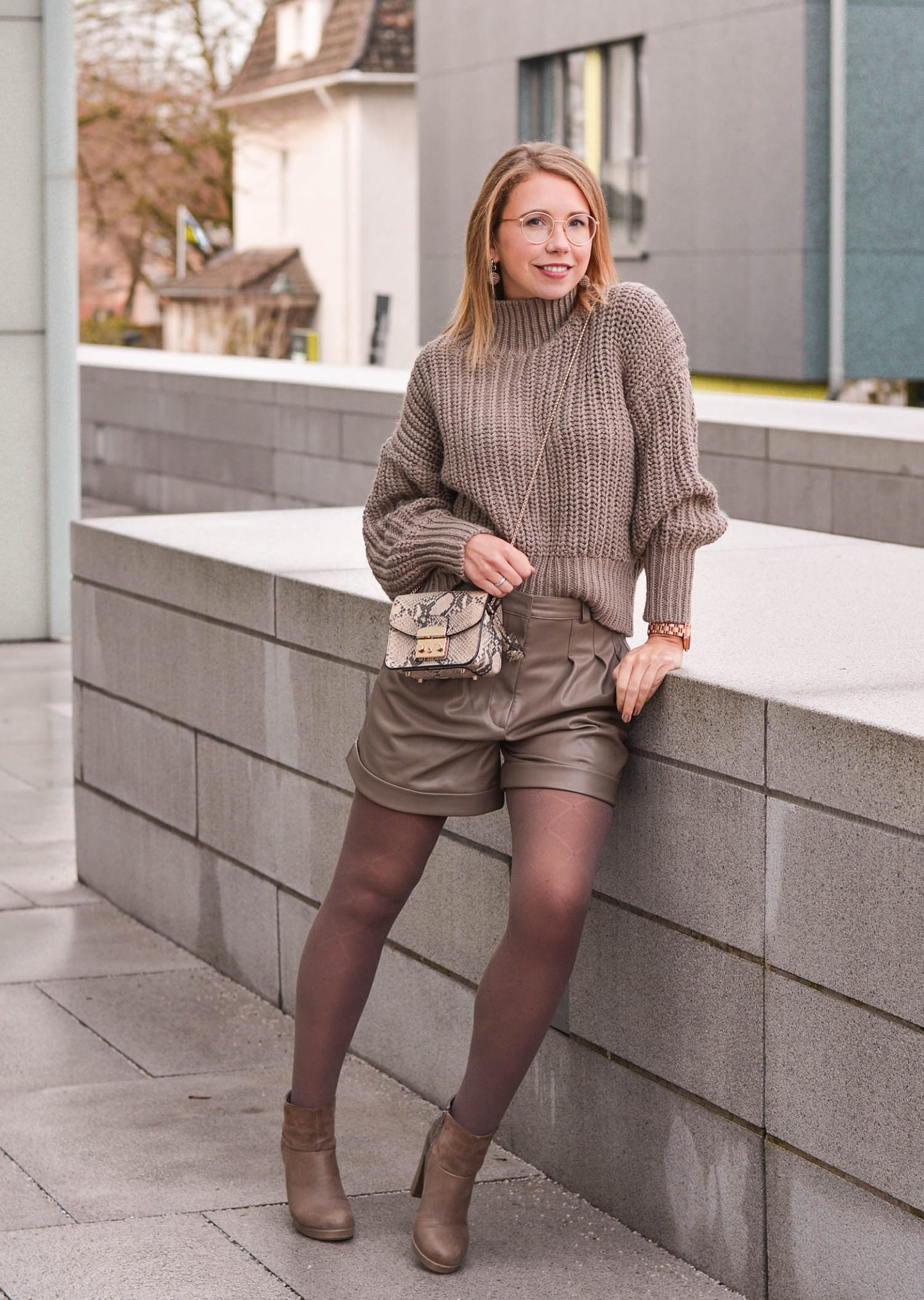 Monochromes Outfit in Taupe