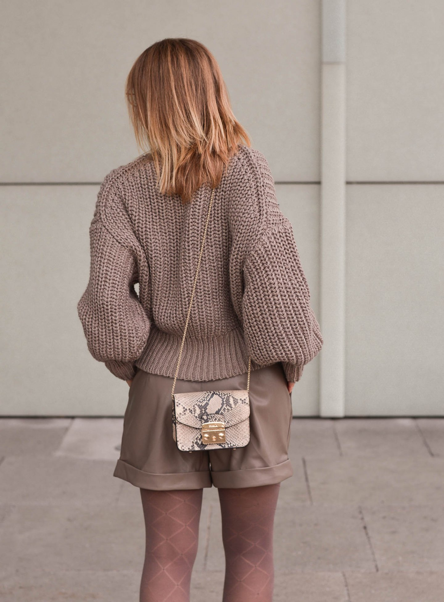 Pullover und Ledershorts in Taupe