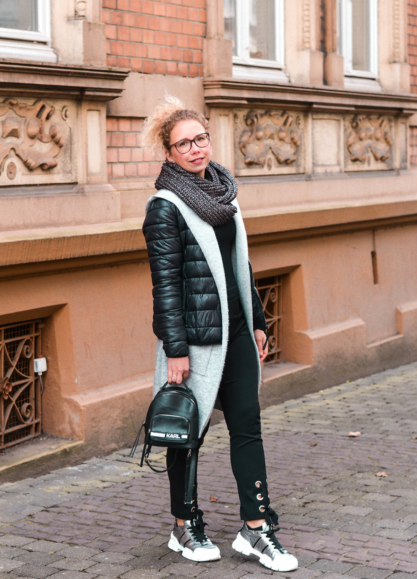 Mini-Rucksack und Metallic Chunky Sneaker