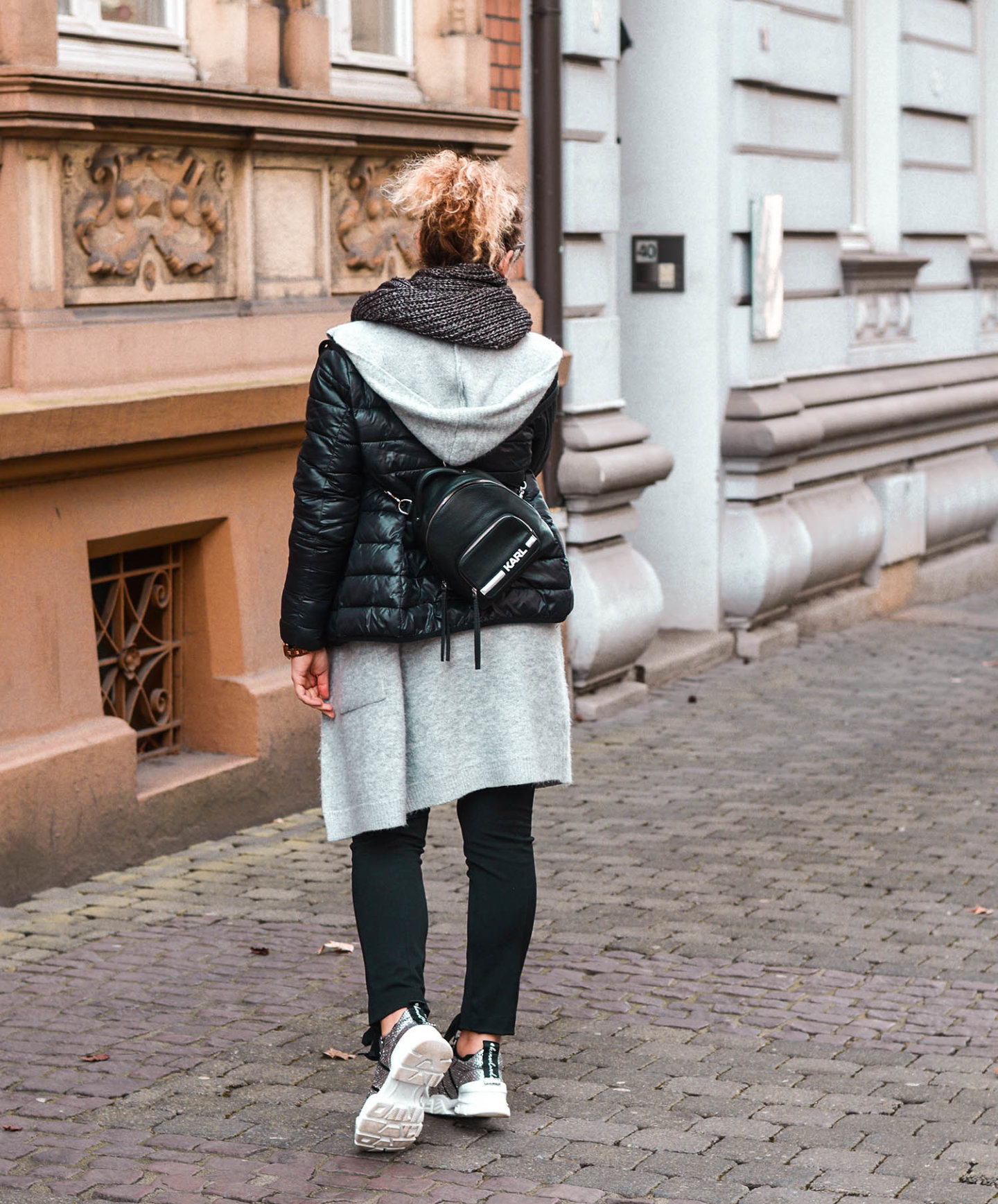 Layering Outfit mit Mini-Backpack von Lagerfeld