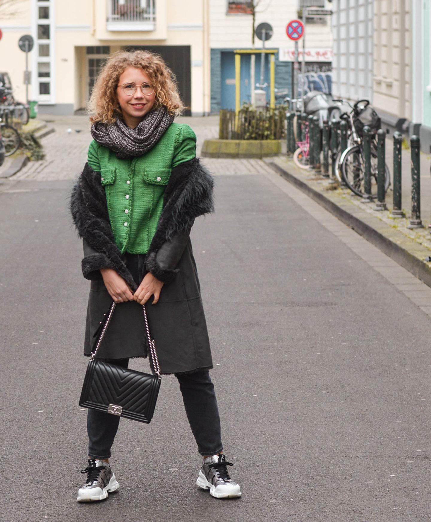 shearling mantel mit tweedjacke, Chanel Tasche und Chunky Sneaker