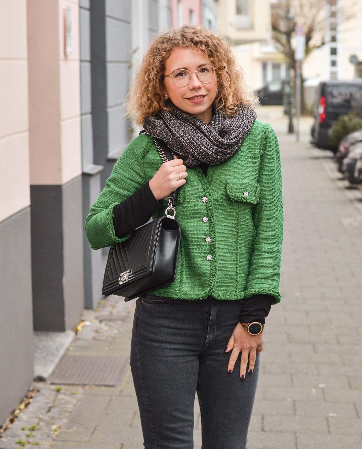 tweed blazer mit Chanel taste und jeans