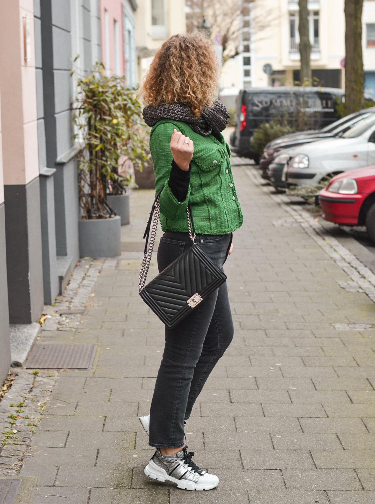 Blazer, Jeans und Sneaker