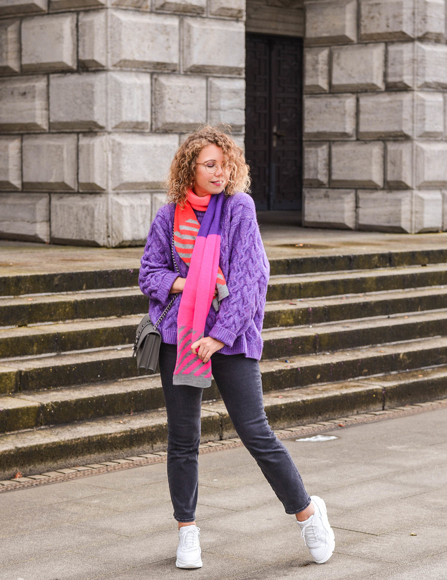 weiße sneaker mit plateausohle und color blocking outfit