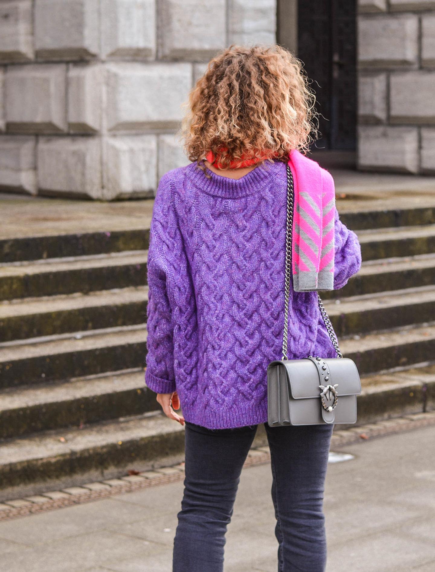 lila pullover und statement schal