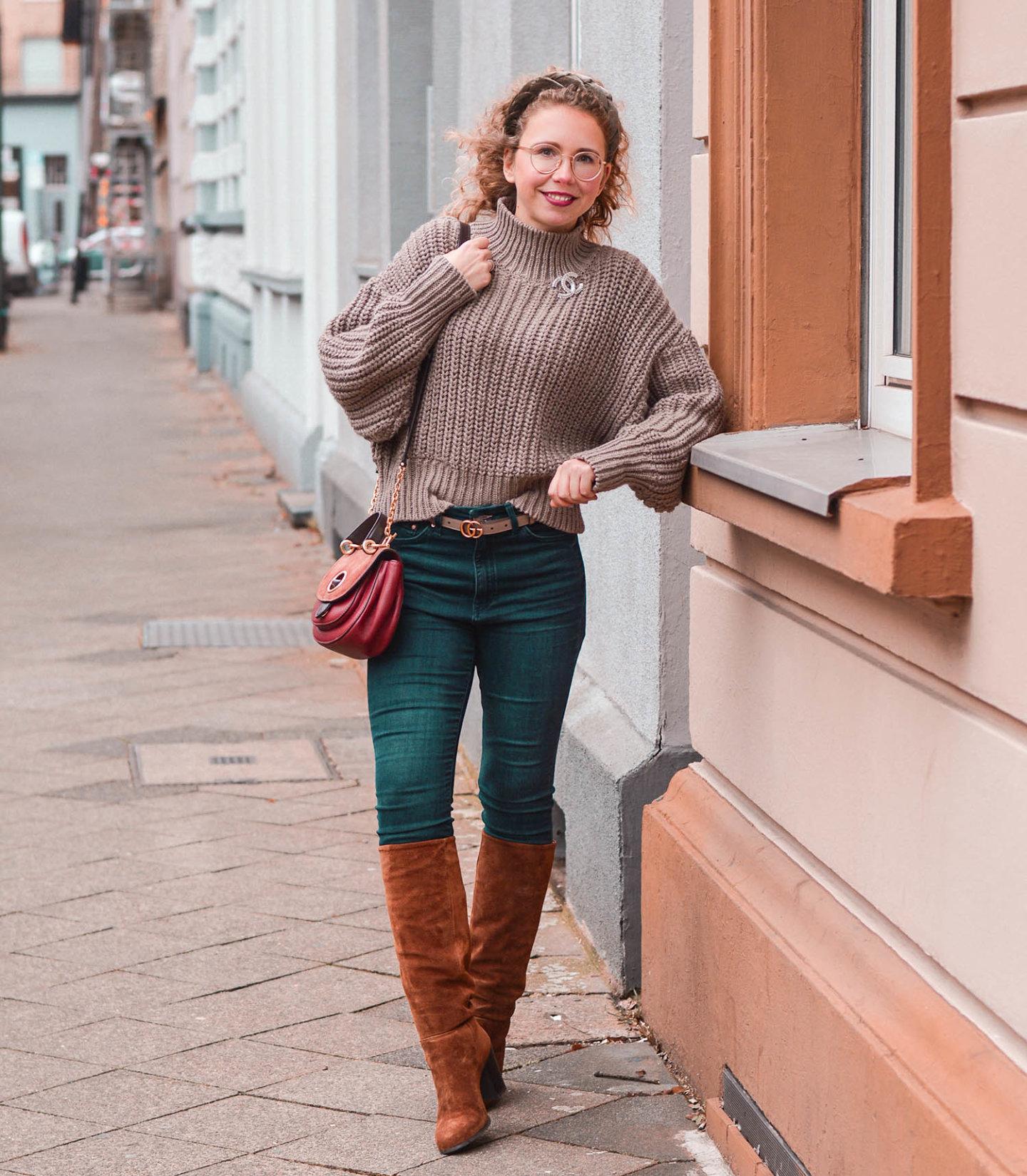 Kniehohe Stiefel und High Waist Jeans