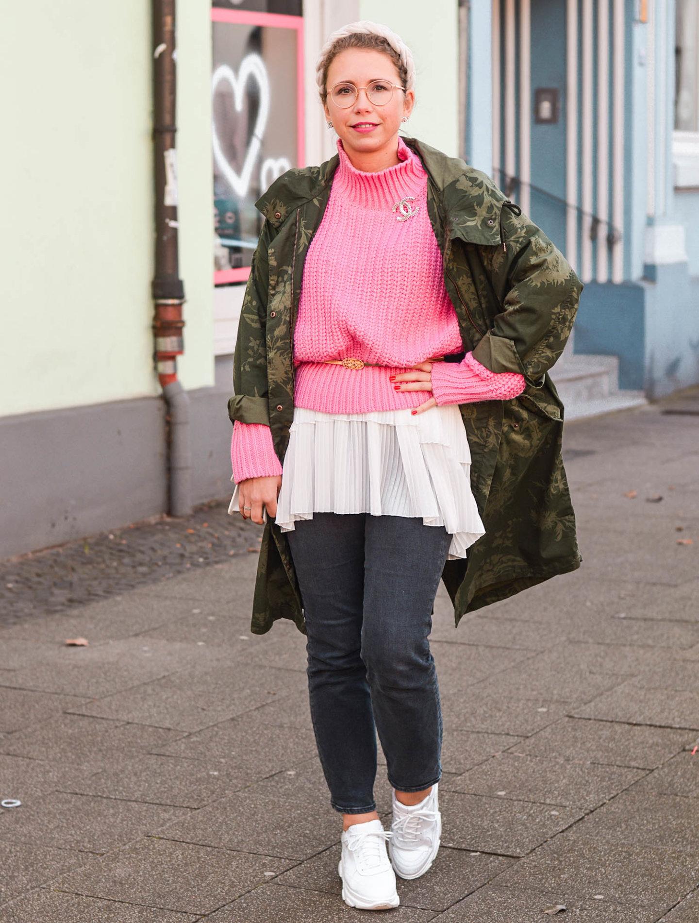 H&M Parka, pinkfarbener Pulli, Zara Bluse und chunky Sneaker