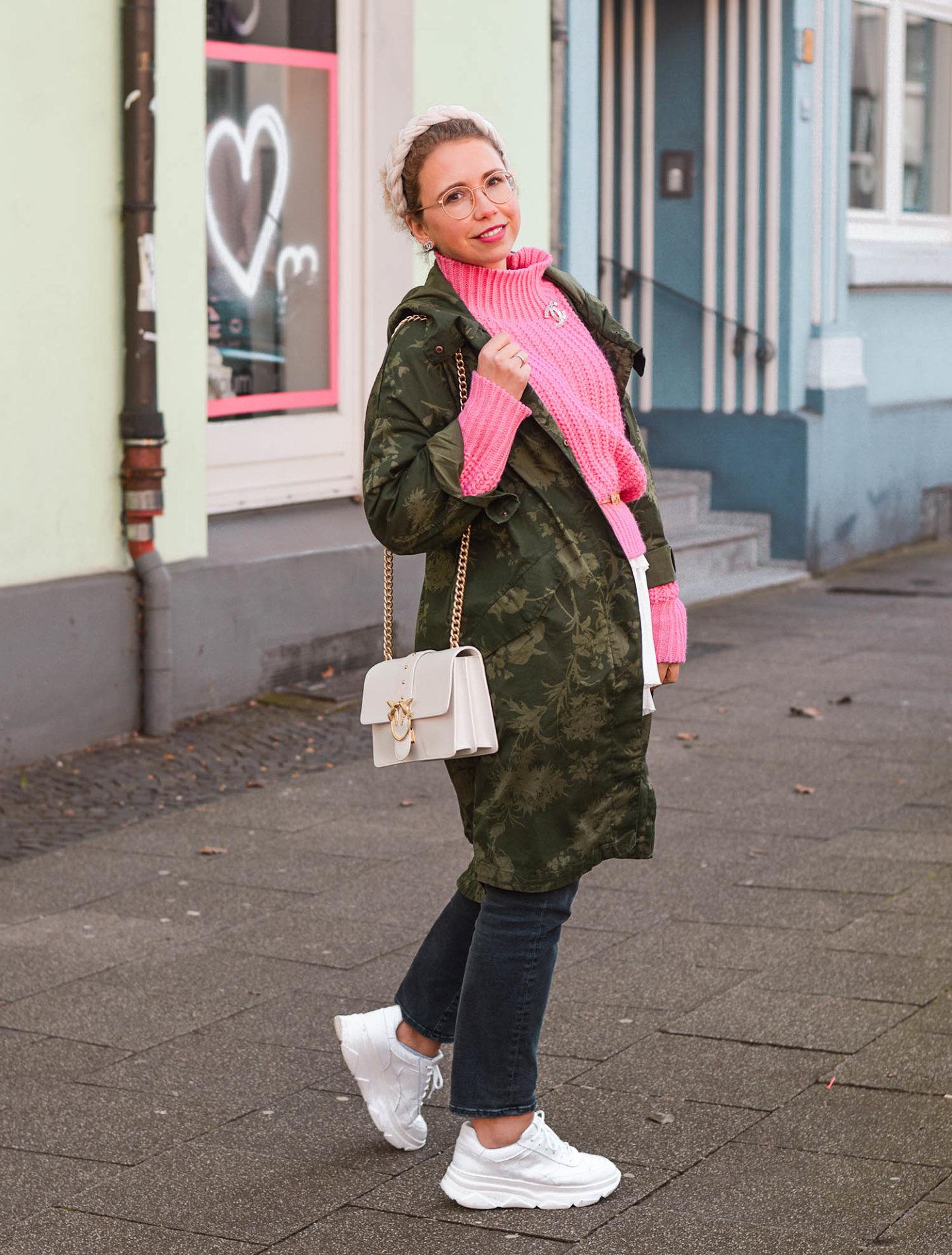 khaki meets pink mit parka und statement haarreif