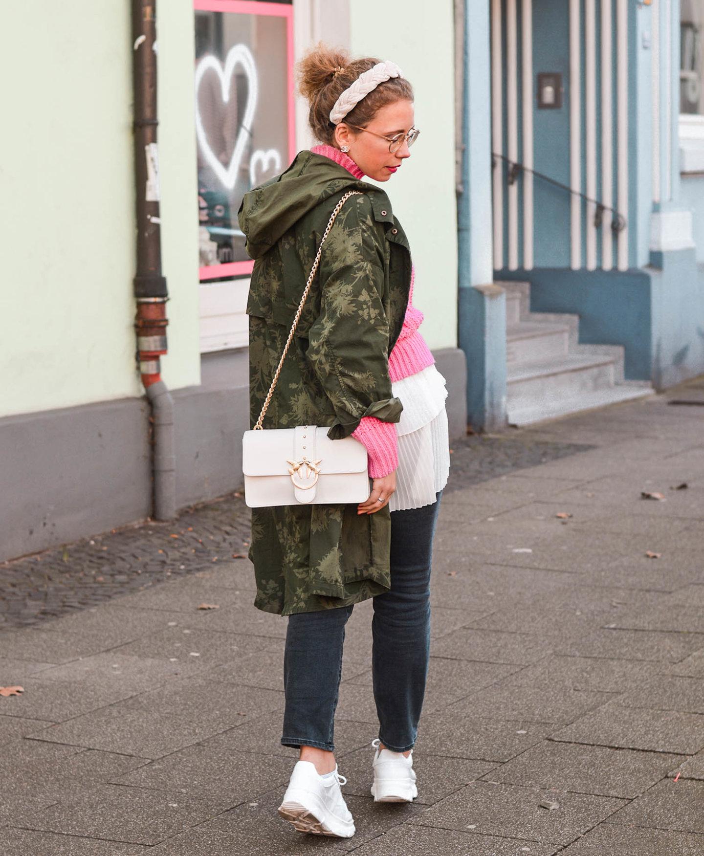khaki meets pink: parka, pullover und weiße details