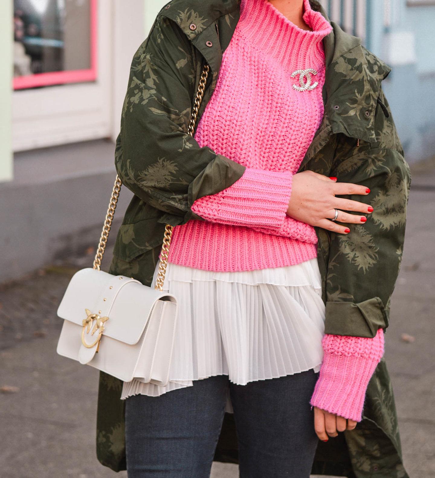 outfit details: parka, pulli, Chanel borsch und pinko Tasche