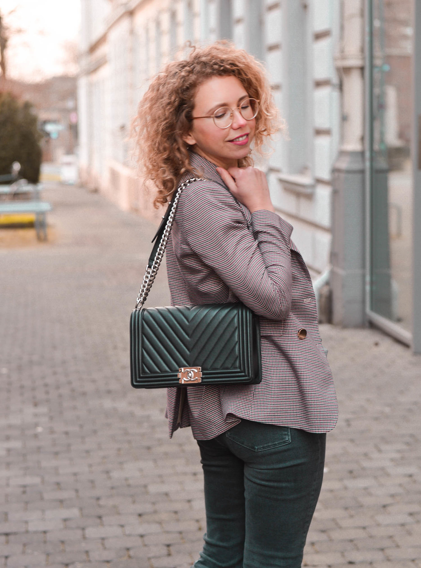 karo-blazer und Chanel Tasche