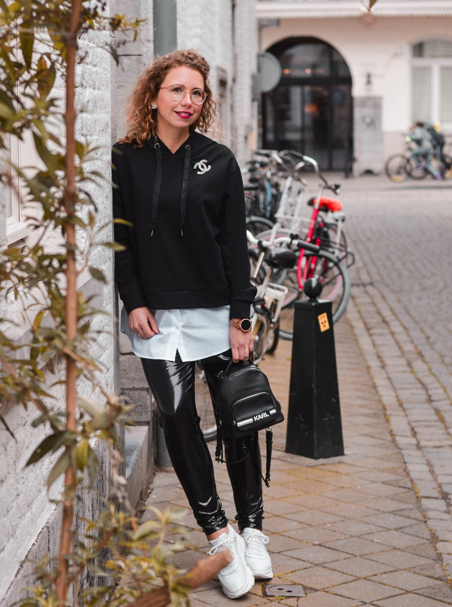 schwarz-weiß-look mit hoodie und vinylhose