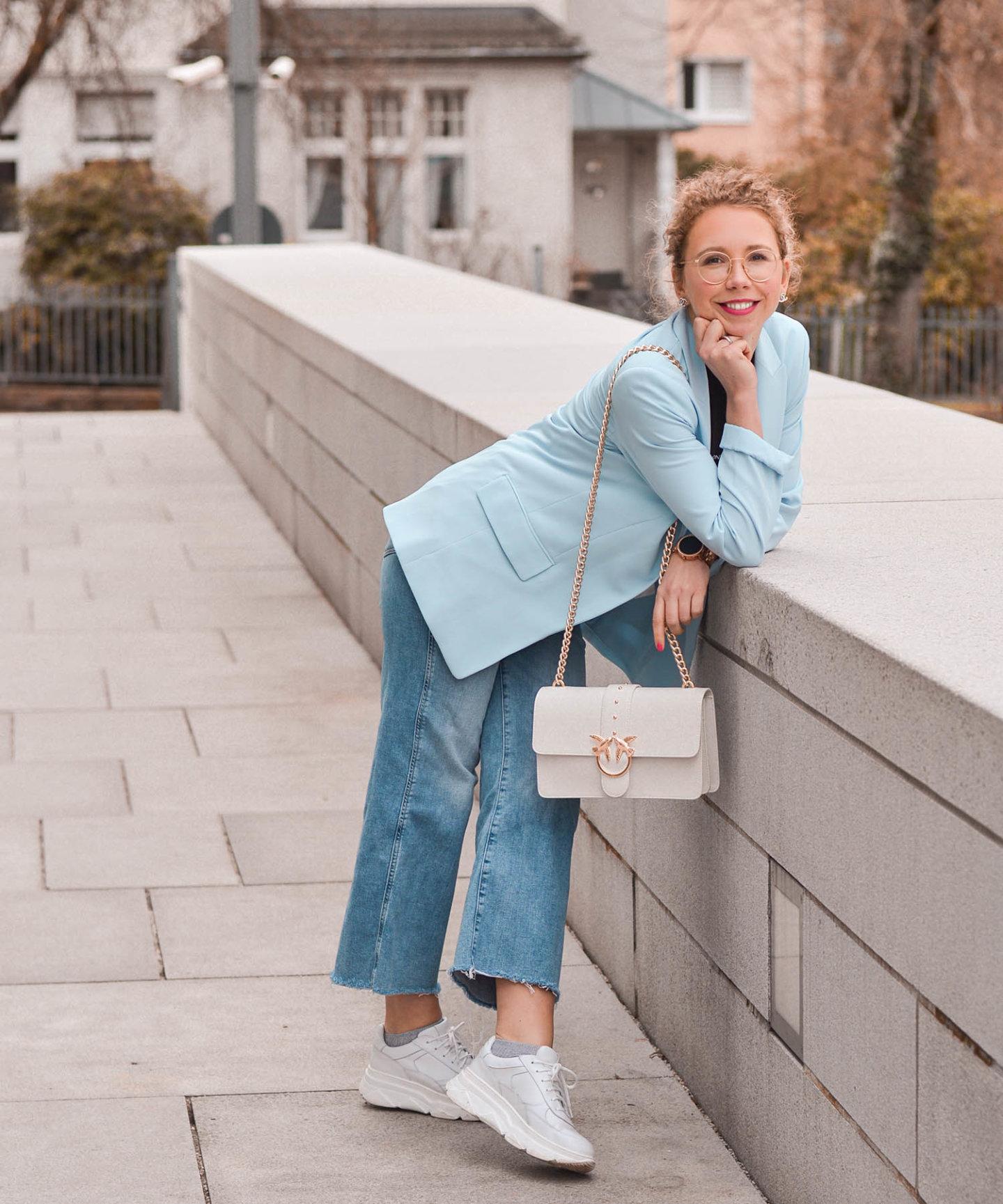 hellblauer blazer, jeans culottes und chunky sneaker