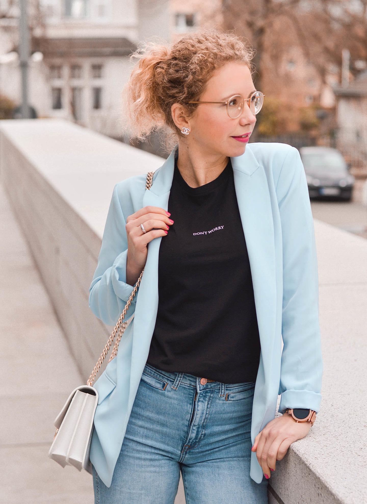 Blazer, Statement Shirt und Jeans