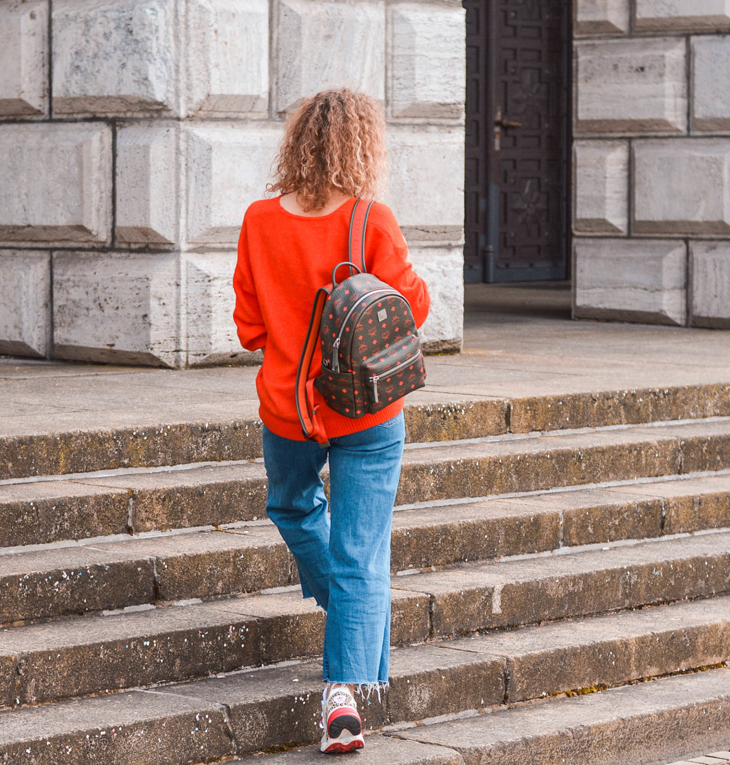 frühlingsoutfit mit signalfarbe rot und mcm-rucksack