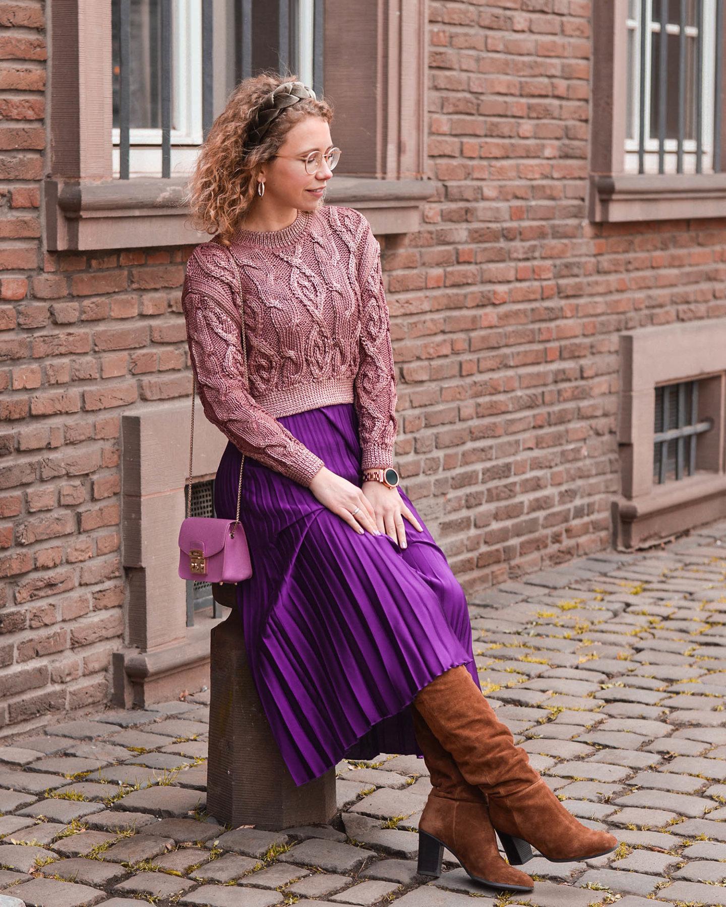 stiefel, plisseerock und cropped pullover