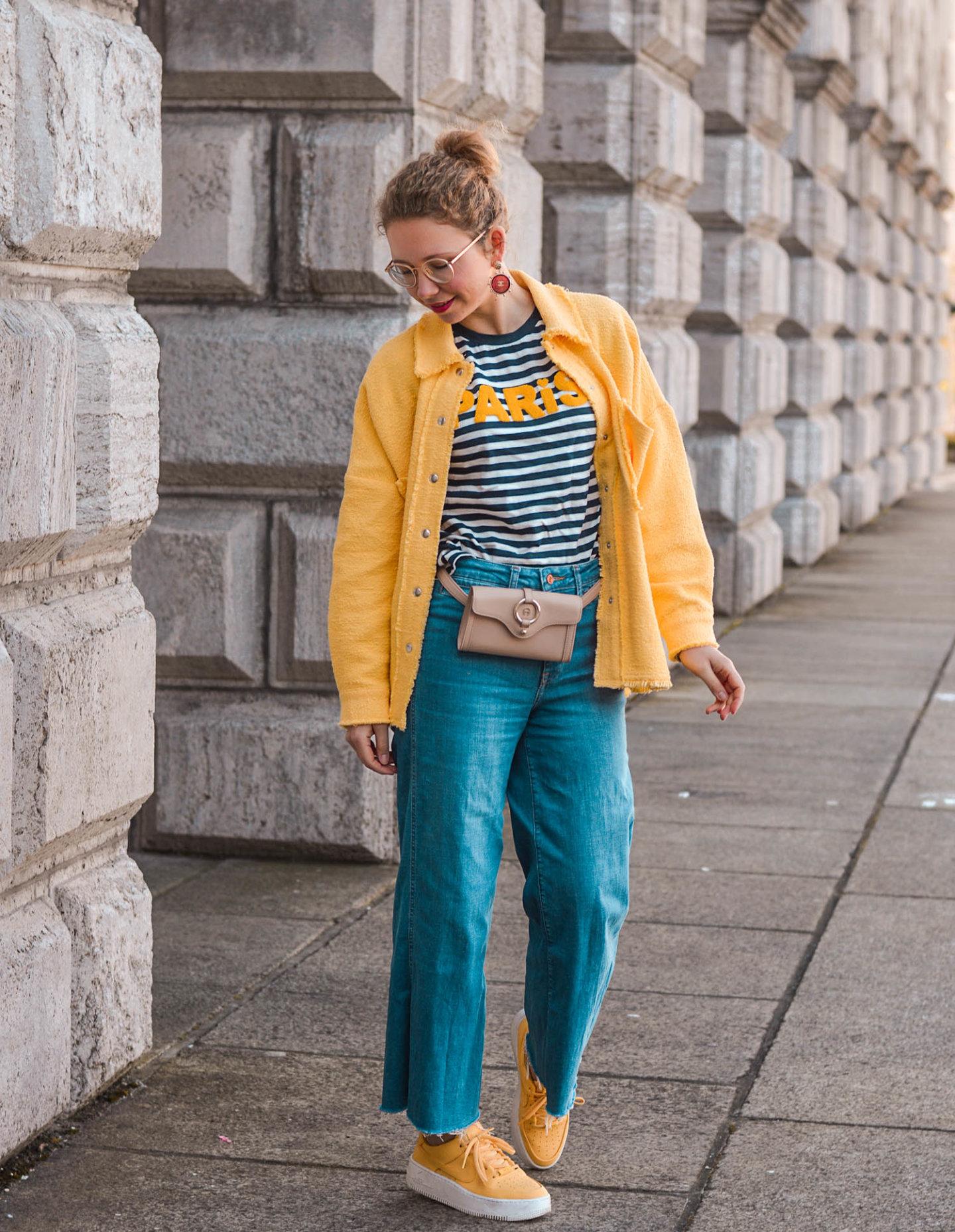 lässiger Frühlingslook mit denim culottes, belt bag und hemd-jacke
