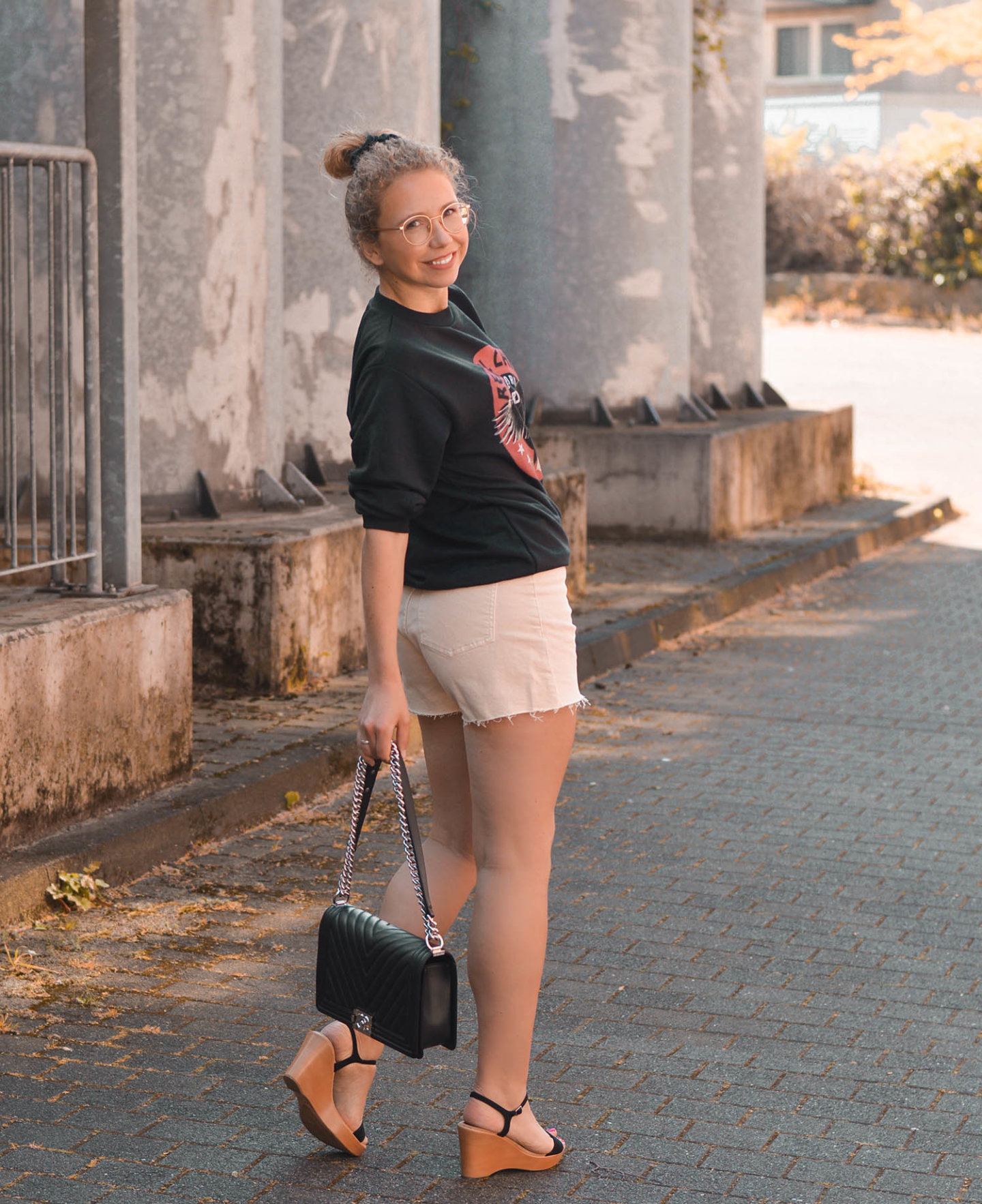 Frühlingslook mit Shorts, Sweatshirt und Chanel Boy Bag