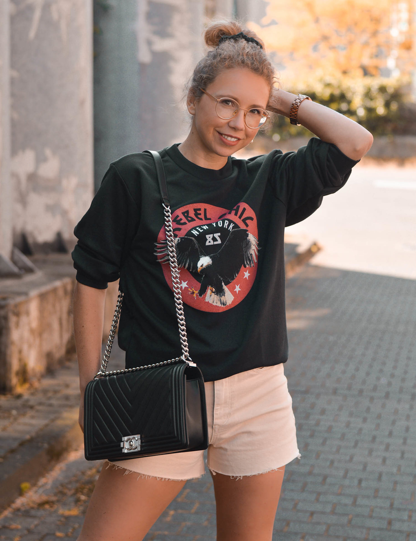 rebel chic New York sweatshirt, Chanel Tasche und shorts