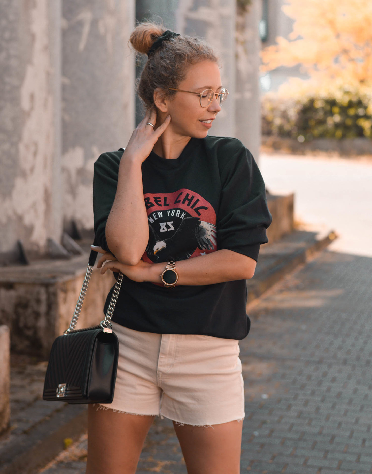 Rebel Chic Sweatshirt, Chanel und Shorts