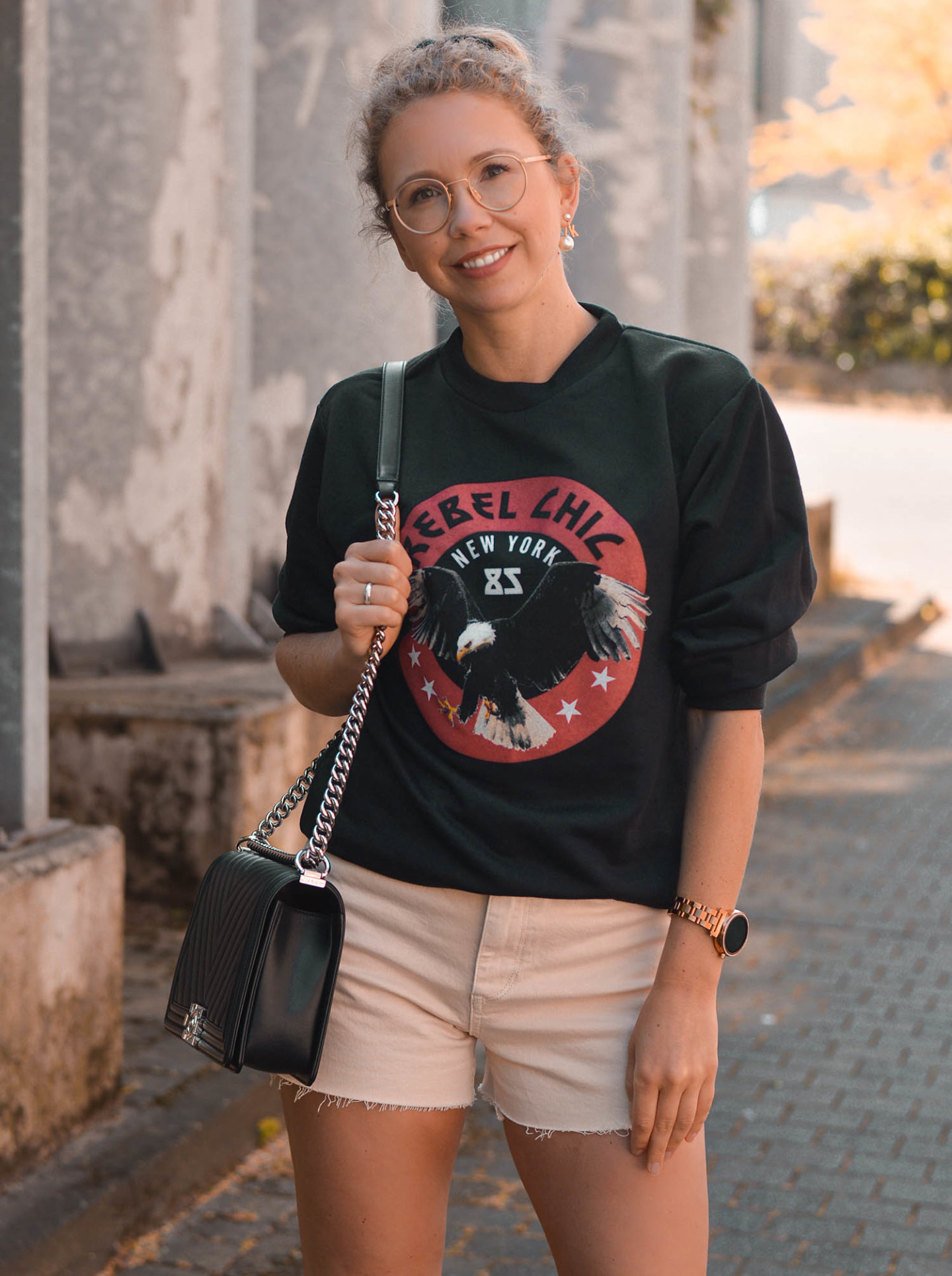 Chanel boy bag, sweatshirt mit adlerprint und shorts