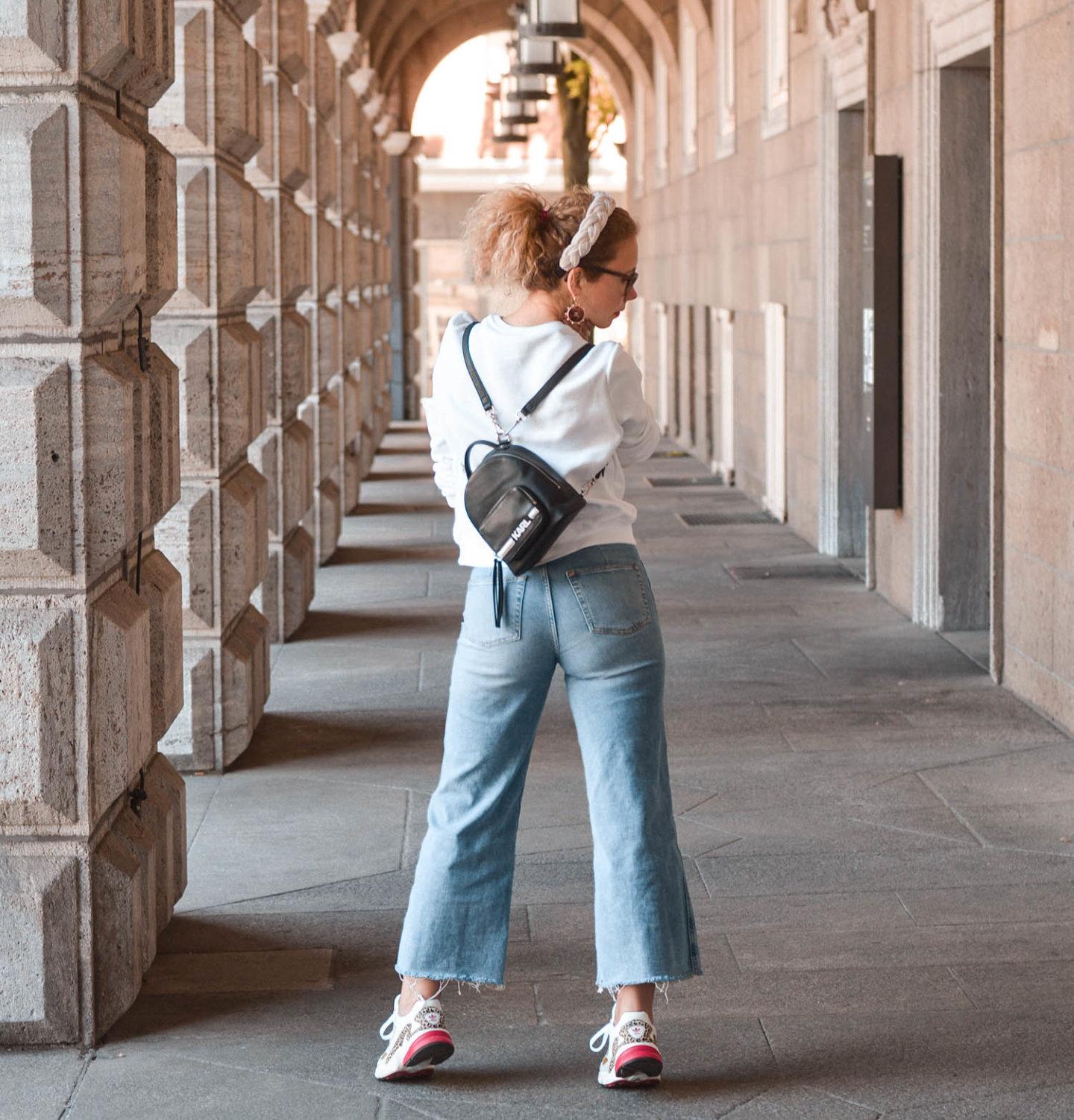 Sweatshirt Trend mit Denim Culotte und Mini-Rucksack