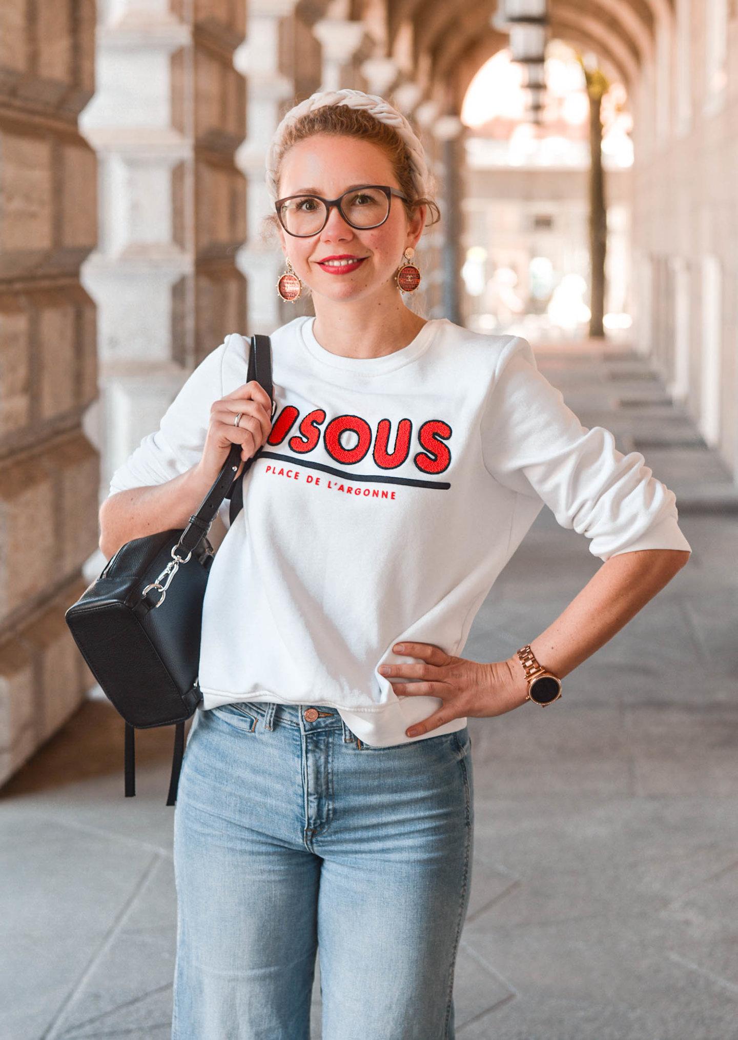 weißes sweatshirt mit statement print von H&M, chanel ohrringe und statement haarreifen