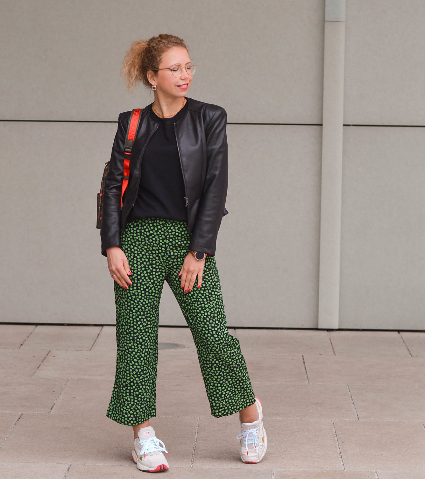outfit mit cropped hose, Lederjacke und sneakers