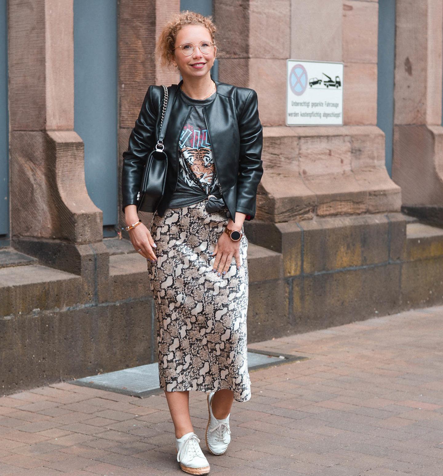 Anine Bing lookalike shirt, satinrock und Lederjacke