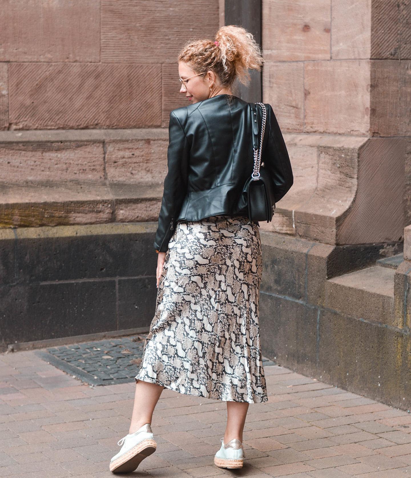 Frühlingsoutfit im rockigen Stil mit Lederjacke und satinrock