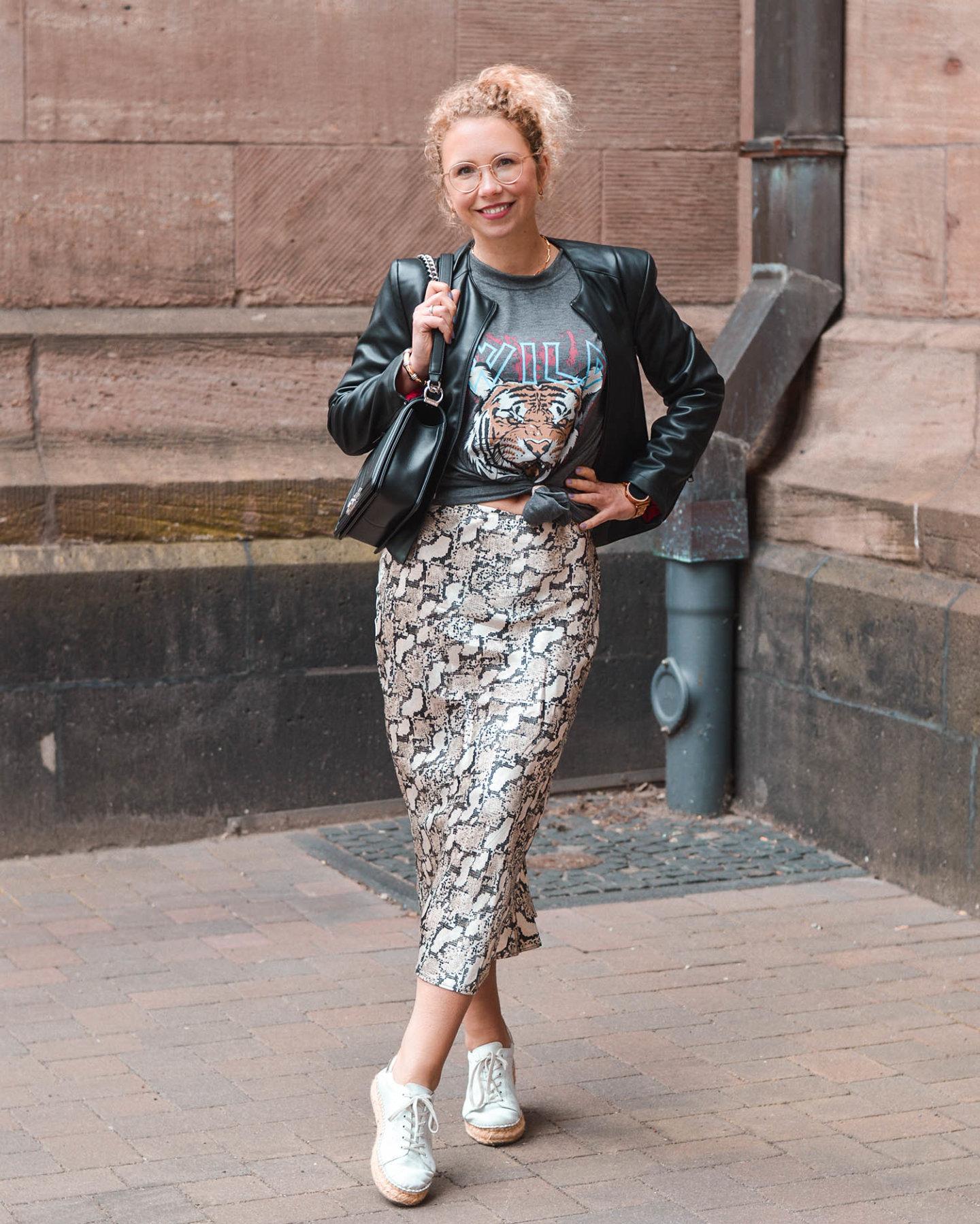Mustermix mit Satinrock und Rock-Shirt a la Anine Bing