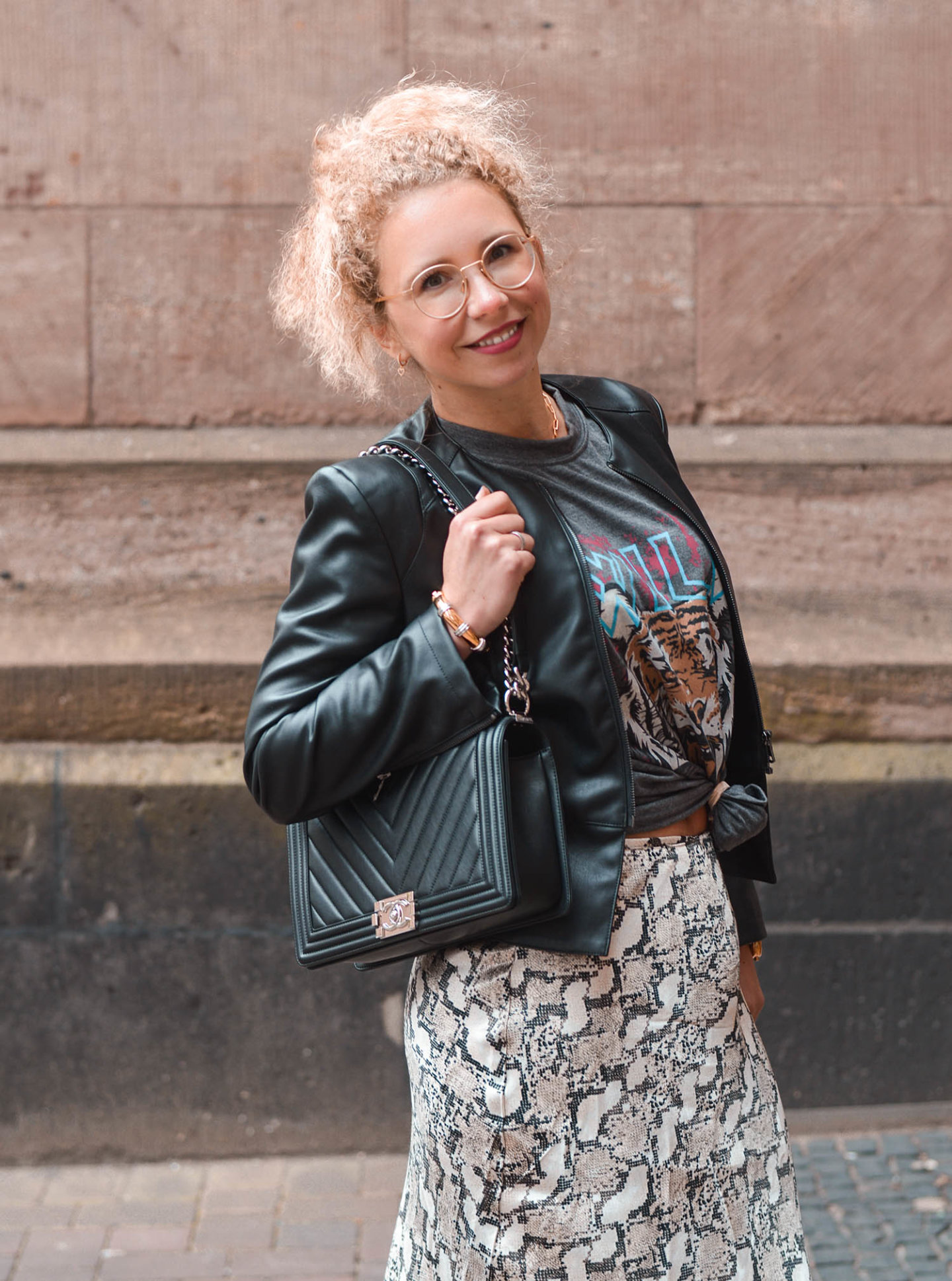 outfit-inspiration: mustermix mit rockigem shirt, satinrock mit animal-print und Chanel boy bag