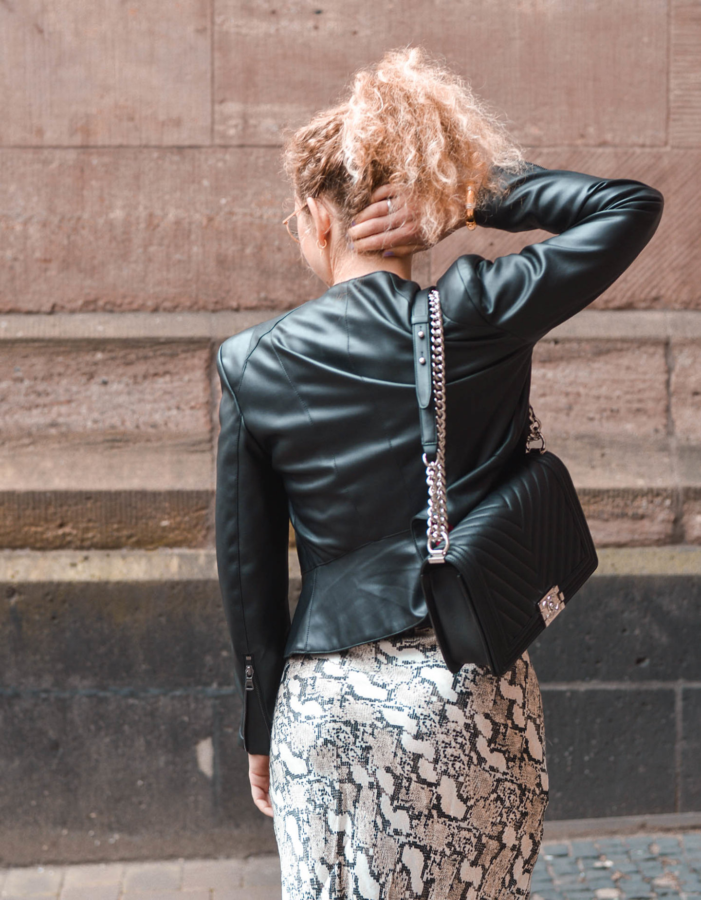 Lederjacke mit Chanel boy bag und satinrock