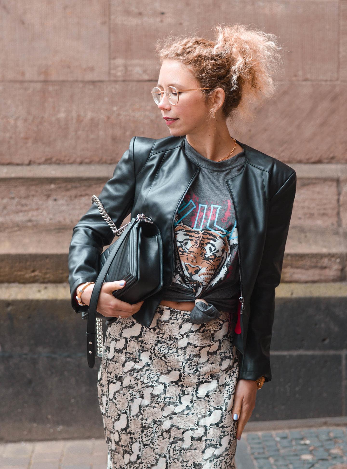 Mustermix outfit - shirt mit knoten und Print und satinrock