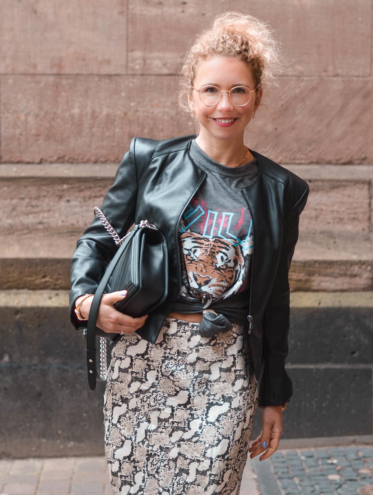 snake print satinrock, Chanel tasche und Rock-shirt